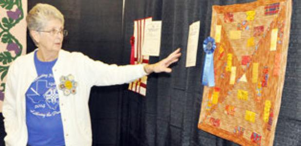 Joyce Mayor talking about the Guild Color Challenge at the Shades of Texas Quilt Show.